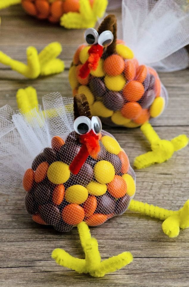 These Thanksgiving candy turkey treats are so much fun to make with the kids. Perfect for class treats or the Thanksgiving table!