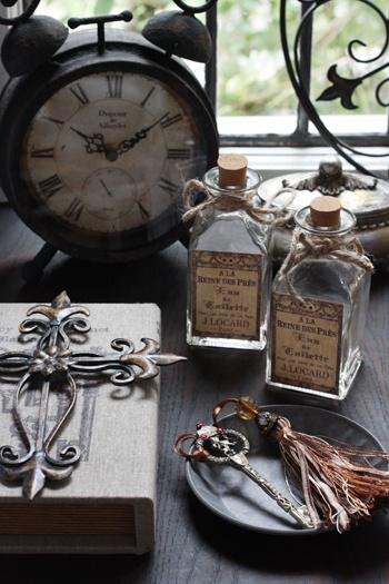 錆びた感じ、色褪せた感じの アンティーク雑貨が好き。 アンティークボトル、時計etc…