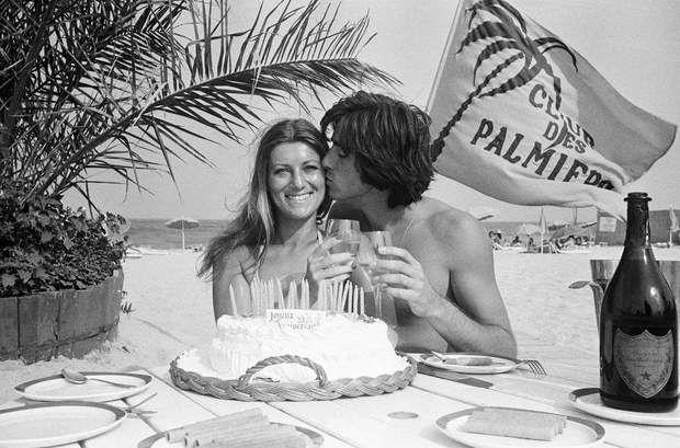 Sheila en 1973La chanteuse célèbre ici son 27ème anniversaire, aux côtés de son mari Ringo.