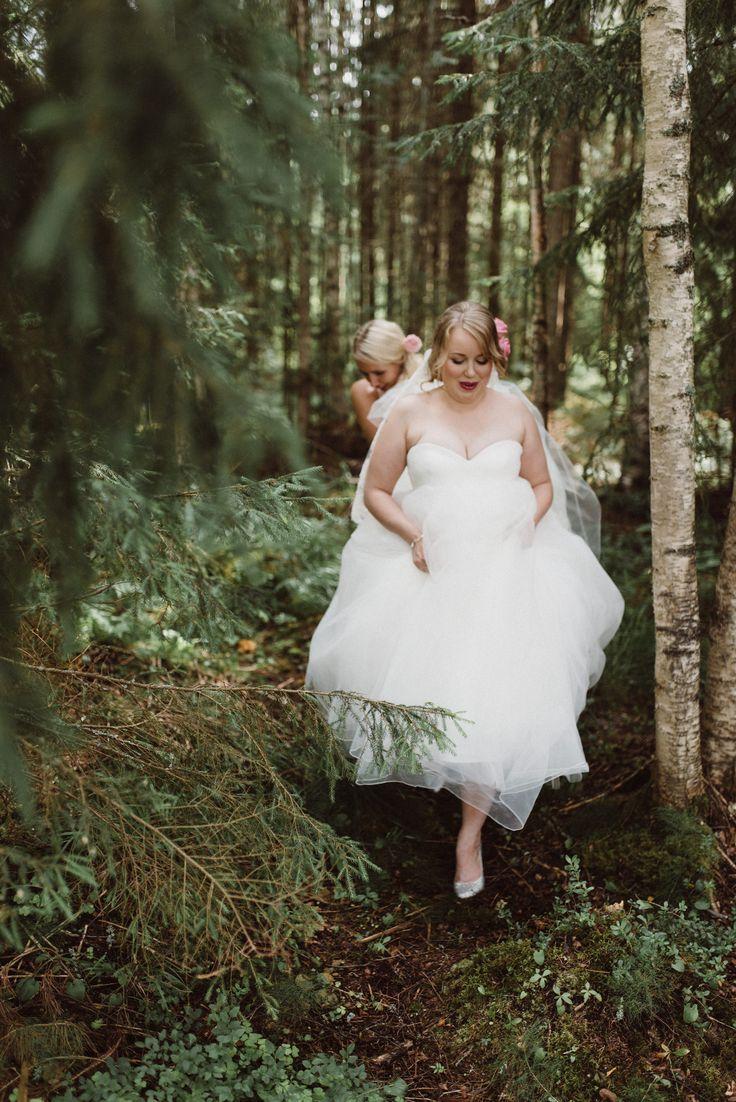 Walk in the forest  | Scandinavian wedding | Pitsiniekka | Picture by Jaakko Sorvisto www.jaakkosorvisto.com