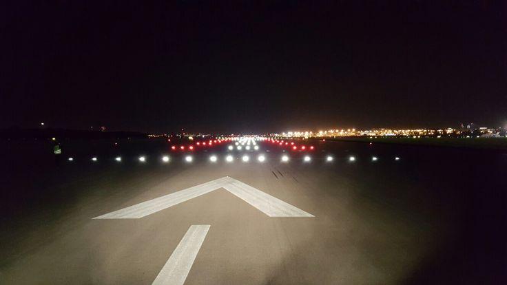 Ledowe oświetlenie nawigacyjne na drodze startowej nr 3 na Lotnisku Chopina. Fot. Przemysław Przybylski