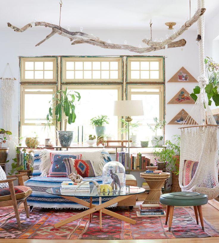 Styled Emily Henderson Para conseguir que este salón luzca bohemio, se han acumulado objetos excéntricos, telas con patrones marroquíes, colores cálidos y una hamaca que hace las veces de butaca. Diseño de Emily Katz