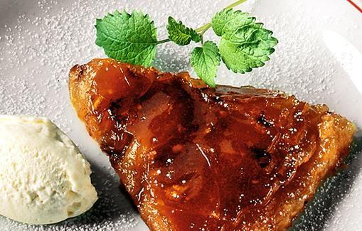 Tämä ranskalainen omenatorttu on neitien Tatin keksintöä. Tatin-neidit kuuluivat aatelisperheeseen, mutta kun perheen omaisuus loppui, he elättivät itsensä leipomalla ja myymällä isänsä suosikkiomenatorttua.