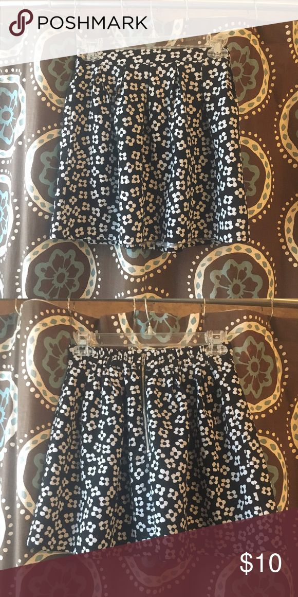 Floral Zip Up Skirt Very cute floral zip up skirt falls mid-thigh. Size small, in great condition, 100% polyester. Forever 21 Skirts Mini