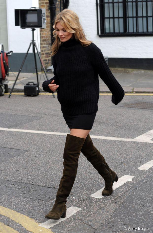 Pull large, jupe crayon et cuissardes en daim : Kate Moss a (encore) tout bon