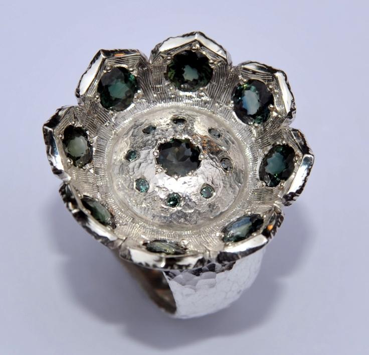 Lotusring, 1e gehalte zilver met bi-color saffier en blauwgroene diamant  €800,--