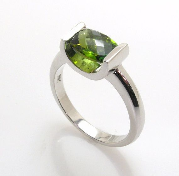 Checker de Baril hermoso corte verde turmalina, canal en oro blanco de 14k. Aprox.: 2 quilates. Disponible en cualquier tamaño de dedo.
