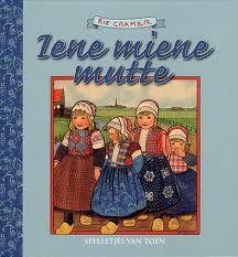 Cramer, Rie ( Samenstelling inhoud: Grietje Zuidema ) - Iene Miene Mutte. Spelletjes van toen. Eenvoudige, ouderwetse spelletjes worden begeleid door een klein verhaaltje. Met nostalgische kleurentekeningen.