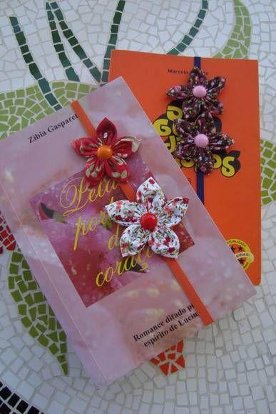 Marcador de livro feito com elástico e flores de fuxico. Serve para livros grandes e pequenos.. R$ 6,50
