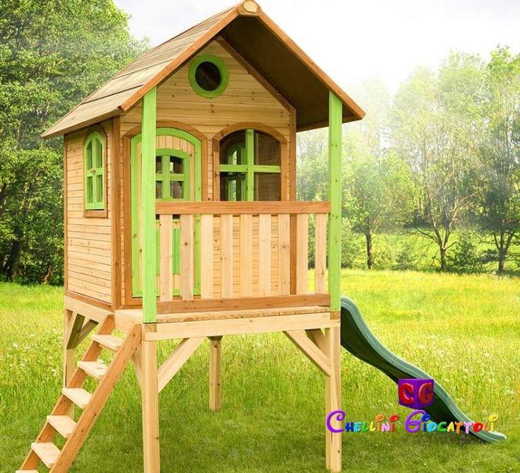 Laura è una casetta in legno da giardino con scivolo e veranda, finestra porticine e tetto spiovente: una simpatica ed elegante palafitta in legno, gioiellino da mettere nel vostro parco giochi per la felicità di mamme e bambini