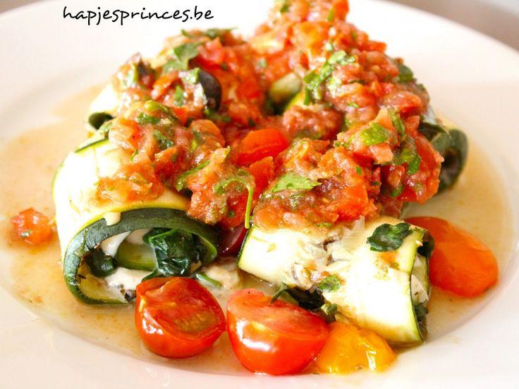 Courgetterolletjes met mozzarella, spinazie, olijventapenade en rauwe tomatensaus - Hapjes Princess
