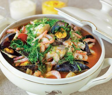 Trägårdhs fiskgryta med musslor är en mustig fiskrätt med havets läckerheter i skön harmoni. Med vit fiskfilé, räkor och musslor blandar du grönsaker och en buljong på bland annat fiskfond, citron och asiatisk fisksås. Grytan blir härligt rustik.