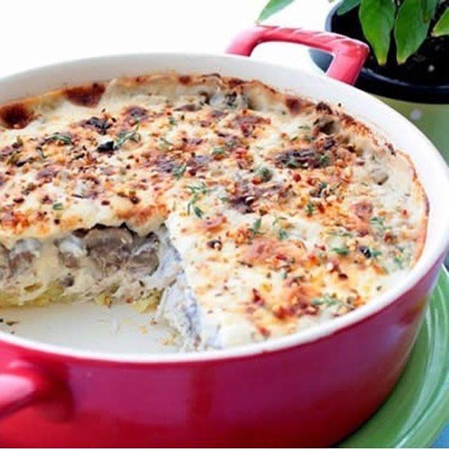 Куриная запеканка с грибами и сыром на 100грамм - 82.8 ккал Б/Ж/У - 12.64/2.77/1.42  Ингредиенты: 200 г филе курицы 200 г шампиньонов Тертый нежирный сыр 30 г 100 г йогурт натуральный 1 яйцо целое, 2 яичных белка; Перец черный, соль по вкусу  Приготовление: 1. Курицу отварить так, как вы любите 2. Шампиньоны отварить 3. Все мелко порезать 4. Яйцо взбить с белками, посолить 5. Йогурт смешать с перцем и солью 6. Все ингредиенты соединить, выложить в форму или формочки и запекать до готовности…