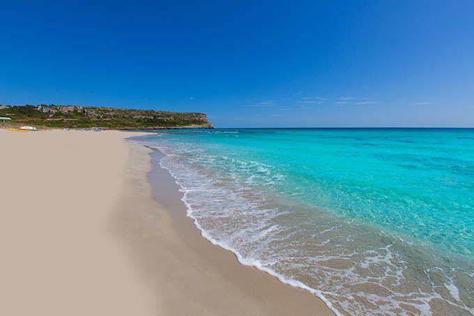 """Playa de Mónsul, Almería, Andalucía En nuestro ranking os hablábamos de la espectacular playa de los Genoveses. Pues bien, el Parque Natural del Cabo de Gata tiene otra playa de postal: la playa de Mónsul. Además de haber aparecido en películas como """"Indiana Jones y la última Cruzada"""", es famosa por las formaciones de lava erosionada que la rodean, su arena fina y el agua transparente."""