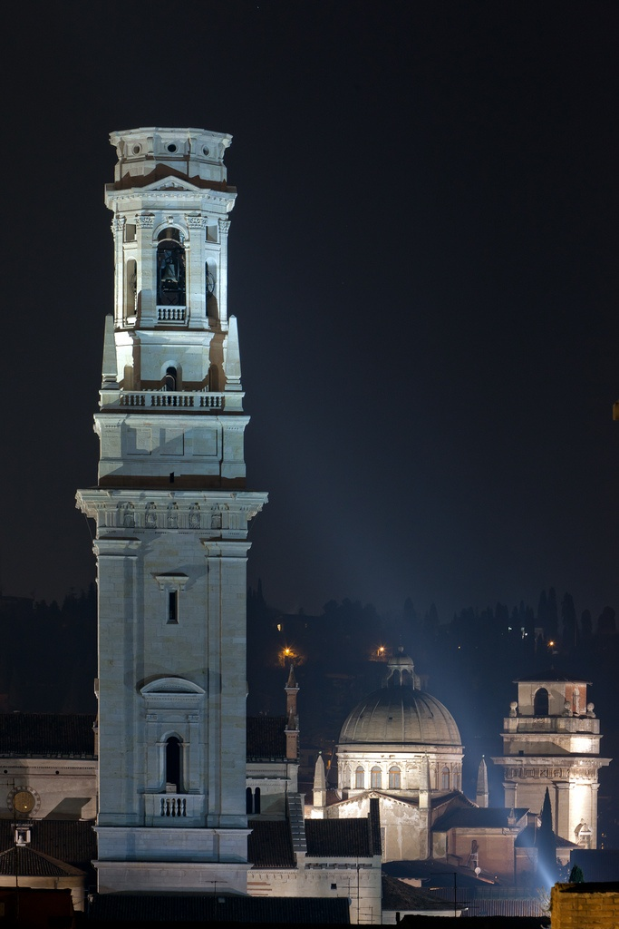 Il campanile del Duomo in notturna
