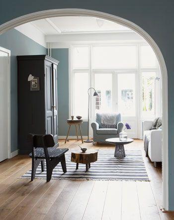 In deze klassieke woonkamer overheersen de kleuren blauw en wit.