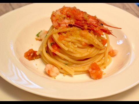 Spaghetti con gamberi, pistacchi e mollica abbrustolita (video ricetta) | Rossetto e Cioccolato