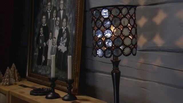 Den här lampskärmen gör Lee av skräpet från brända värmeljus och en gammal lampa. Genom att ta vara på botten i aluminiumhållarna, sy och virka runt och foga ihop delarna så får man en modern lampa som ger ett spännande skuggspel på väggen.