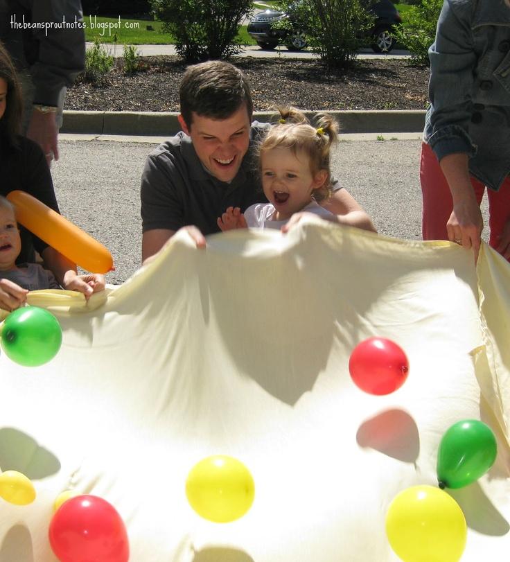 Legg vannballonger oppå et laken. Barna holder rundt lakenet og prøver å riste ballongene over på hverandre. Om og gjøre å ikke bli våt!