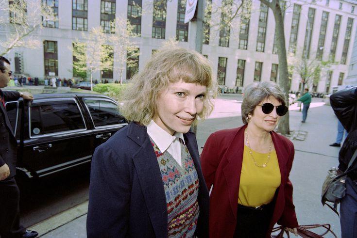 I 70 anni di Mia Farrow: Mia Farrow col suo avvocato Eleanor Alter prima di un'udienza alla Corte Suprema di New York per la custodia dei figli avuti con Woody Allen, nel 1993 - Il Post