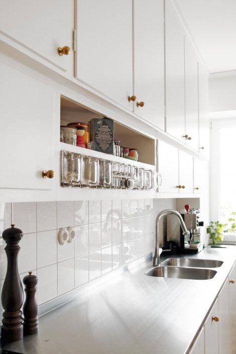 Funkiseran var lång och sträckte sig mer eller mindre från 1920-talet och en bit in på 60-talet. Funkisstilen utmärks av avskalad praktisk funktionalitet med strama linjer och gedigna material. Planerar du ett kök i funkisstil? Här är inspirationen.