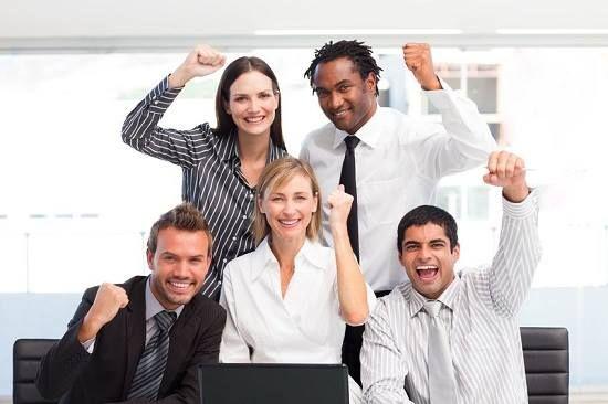 Nadgodziny? Zapomnij! W Amsterdamie powstało biuro, które znika. Gdy zegar wskazuje godzinę 18:00, ktoś włącza przycisk i biurka wraz z cała zawartością wjeżdżają pod sufit. W mgnieniu oka miejsce pracy staje się salą fitnessu, jadalnią, czy miejscem spotkań towarzyskich. Wszystko to, aby pobudzić kreatywność i sprawić, by pracownicy czuli się dobrze. Jesteśmy za! :)