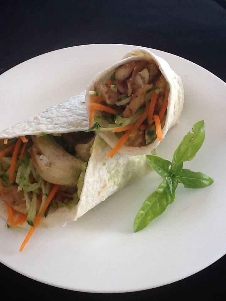 Wrap met guacamole vulling en Marokkaans gekruide kippenschilfers met krokante groentjes.