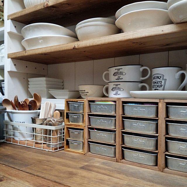 女性で、4LDKのカフェ風/薄い棚板は例のアレ/見せる収納/DIY食器棚/DIY/セリアリメイク…などについてのインテリア実例を紹介。「この前リメイクした新しい方のブリキトレイ♡娘のお弁当ピックが、溢れんばかりに集まってしまったので( 笑 )ピック入れにしました〜(♡˙︶˙♡)」(この写真は 2015-02-26 20:00:08 に共有されました)