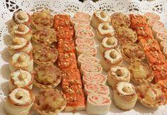 Una bandeja de canapés sencillos y variados.