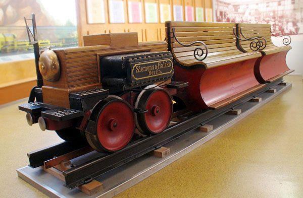 de eerste lectrische trein. Verkehrsmuseum Nürnberg, 16 augustus 2005. De eerste elektrische trein, gebouwd door Werner Siemens in 1879.