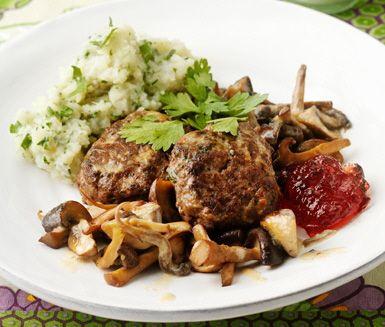 Laga en rejäl festmåltid med älg och kryddigt mos av potatis och jordärtskocka. Av älgfärs gör du älgbiffar som du steker och serverar med smakrik svamp och jordärtskocksstomp!