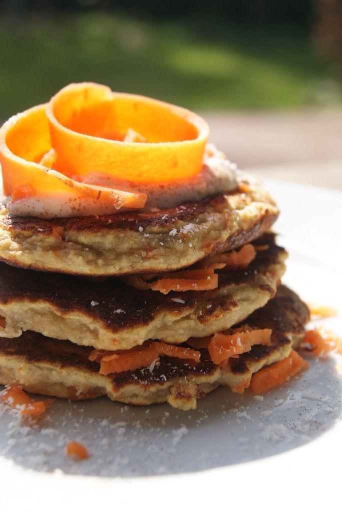 Carrot cake pancakes. Ingrediënten voor 1 stapeltje pannenkoeken:  ½ geprakte banaan 1 ei 1 eiwit 25 gram volkoren (spelt)meel ½ fijn geraspte wortel 50 ml melk snufje bakpoeder kokosolie Griekse yoghurt / kwark als topping.