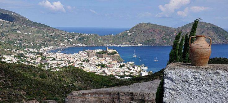 Lipari è un'isola appartenente all'arcipelago delle isole Eolie, in Sicilia.