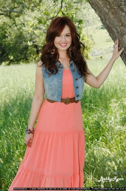 Debby Ryan com um vestido meio pêssego e um casaco jeans um visual mais verão!!! ♥