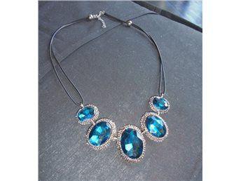 """Silvrigt halsband med blåa aningen blågröna """"stenar"""" Goth*petrol på"""