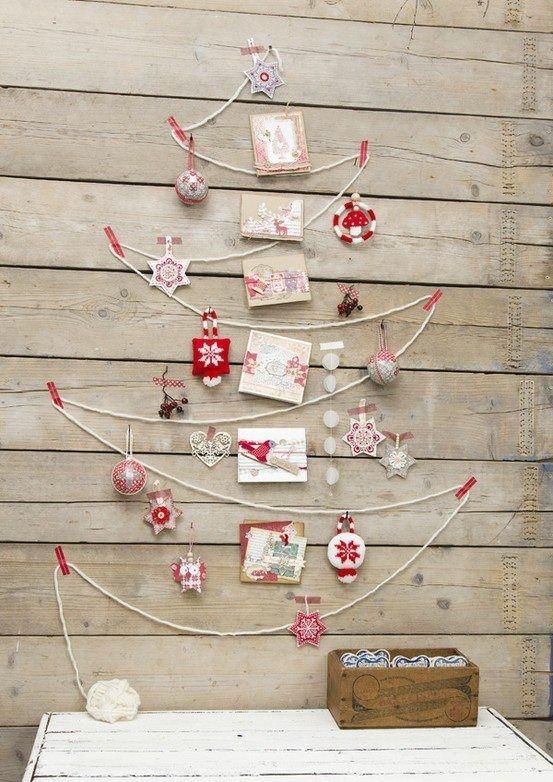クリスマスツリーを木の板に飾る