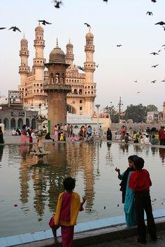 """Hyderabad, Andhra Pradesh, India.  Andhra Pradesh es un estado del sur de la India. Limita al norte con Maharashtra, Chhattisgarh y Orissa, al este con la Bahía de Bengala, al sur con Tamil Nadu y al oeste con Karnataka. Andhra Pradesh es por su tamaño el quinto estado del país. En extensión, ocupa una superficie ligeramente superior a la de Ecuador. Se le considera el """"arrozal"""" del país. Lo cruzan dos ríos principales: el Godavari y el Krishna."""