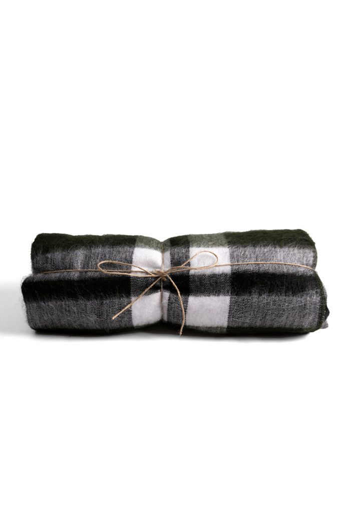 Made by hand by artisans from Otavalo using a blend of 70% alpaca wool and 30% high-quality synthetic wool, these blankets are made using a technique that gives the blanket a softness similar to cashm