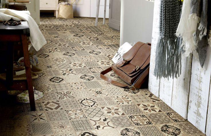 Portugese taupe pvc klik tegels. Een bijzondere vloer voor een bijzondere inrichting. Deze vloertegel past erg goed in een landelijk-modern interieur. We adviseren om deze vloer te combineren met meubels en wanden die een rustig motief hebben.
