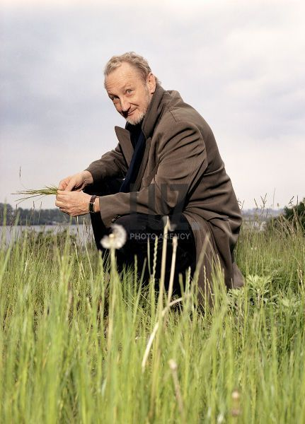 OMG!!! I love this picture!! Robert Englund in Germany in 2004!! =) Very classy man!! love it!!