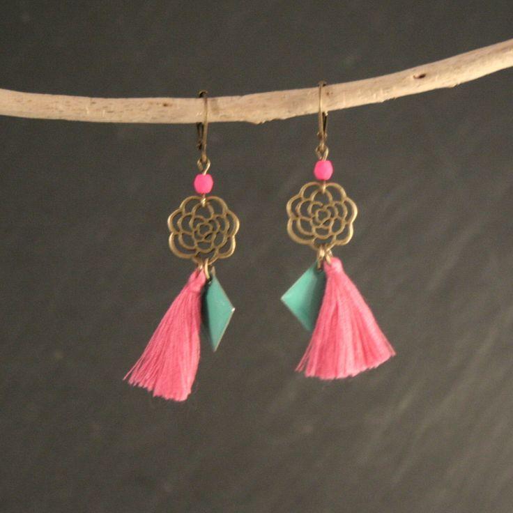 Boucles d'oreilles sequins émail vert turquoise, pompons et perles rose fluo, et laiton : Boucles d'oreille par vaninavanini