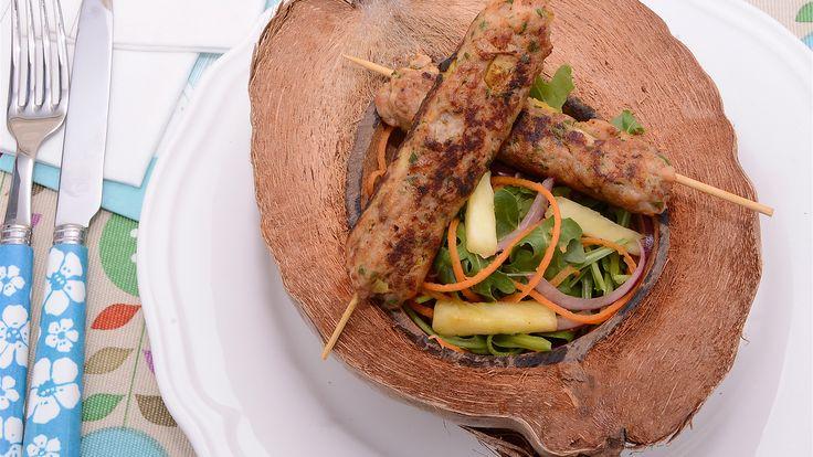 Brochetas de pollo con piña y coco