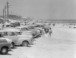 WAN-0005666 © WestPix A LINE OF CARS PARKED AT CITY BEACH.