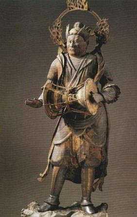 緊那羅王(きんならおう)像 国宝・三十三間堂 観音二十八部衆 国宝。164cm。原語キンナラの音写語である。馬頭で一角をもつ音楽神とされるインドの土俗神で、インド神話には、ヒマラヤ山中に棲み美しい声で歌い舞う人首鳥身の神として登場する。仏教では、護法神・天竜八部の第七に数えられ、帝釈天、毘沙門天に仕える音楽神とされる。本像も鼓を打つ楽神の相である。