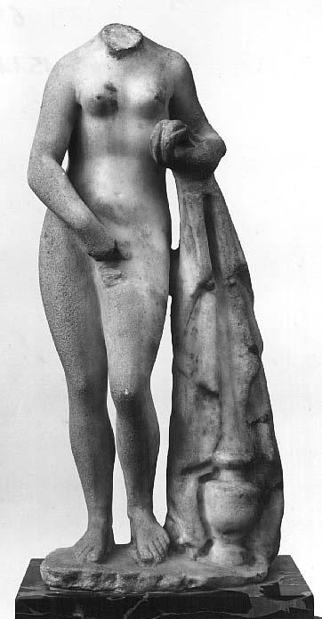 """Statuette du type de """"l'Aphrodite de Cnide'' de Praxitèle  Époque romaine impériale  IIe siècle après J.-C.?  Découverte à Saida, près d'Helalieh (actuel Liban)  Marbre  H. : 42 cm."""