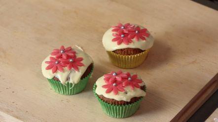 Frambozencakejes met witte chocolade - Recept - Allerhande - Albert Heijn