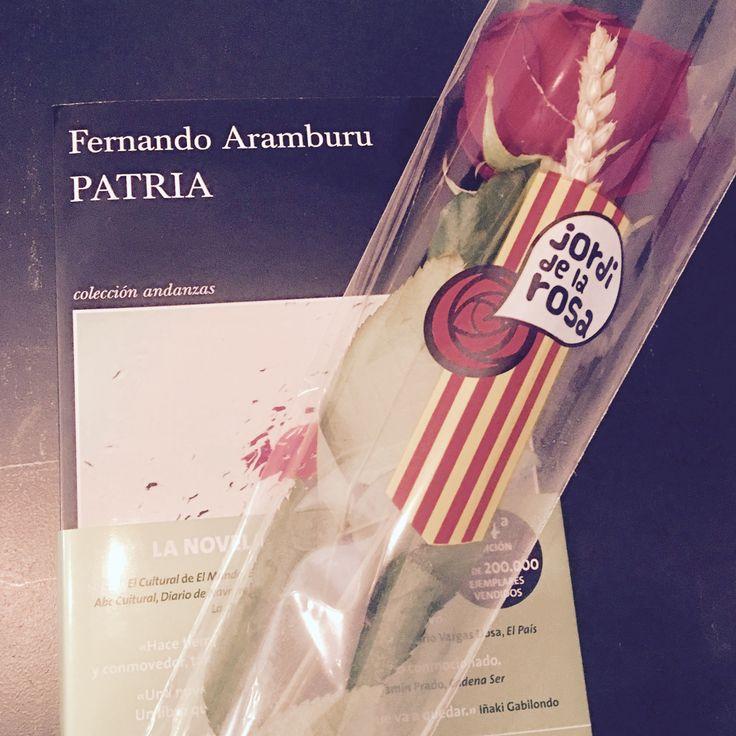 ¿Qué #libro te estás leyendo? Nosotros #Patria, de #FernandoAramburu, el libro más vendido en #lenguacastellana en #SantJordi2017. La #novela, que ha sido galardonada con el #PremioDeLaCrítica de la Asociación Española de Críticos Literarios y el #PremioFranciscoUmbral a mejor novela del año, ya ha vendido más de 175.000 ejemplares y va por su docena edición 👉 http://bit.ly/2pAwWnY ¡Sin duda lo recomendamos! 📚💚 #patriadearamburu #literatura #literaturaespañola #spanishliterature #stjordi…