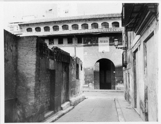 1987. Calle de la Harina. Puerta lateral del Almudín, a la izquierda el solar de l'Almoina.
