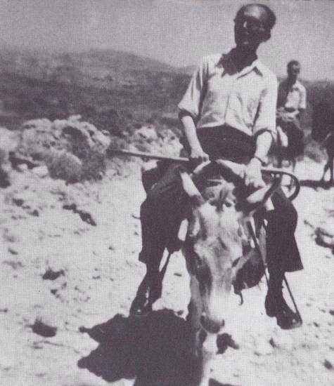 Ο Νίκος Καζαντζάκης στην Κρήτη ως μέλος της Κεντρικής Επιτροπής Διαπιστώσεως των υπό των Γερμανών και Ιταλών διαπραχθεισών Ωμοτήτων εν Κρήτη. Ιούλιος 1945.