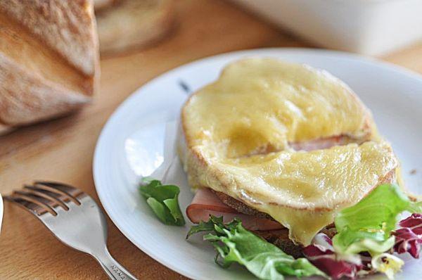 Kanapka w biegu … czyli pieczywo z szynką, serem Gruyere i beszamelem. | Make Cooking Easier